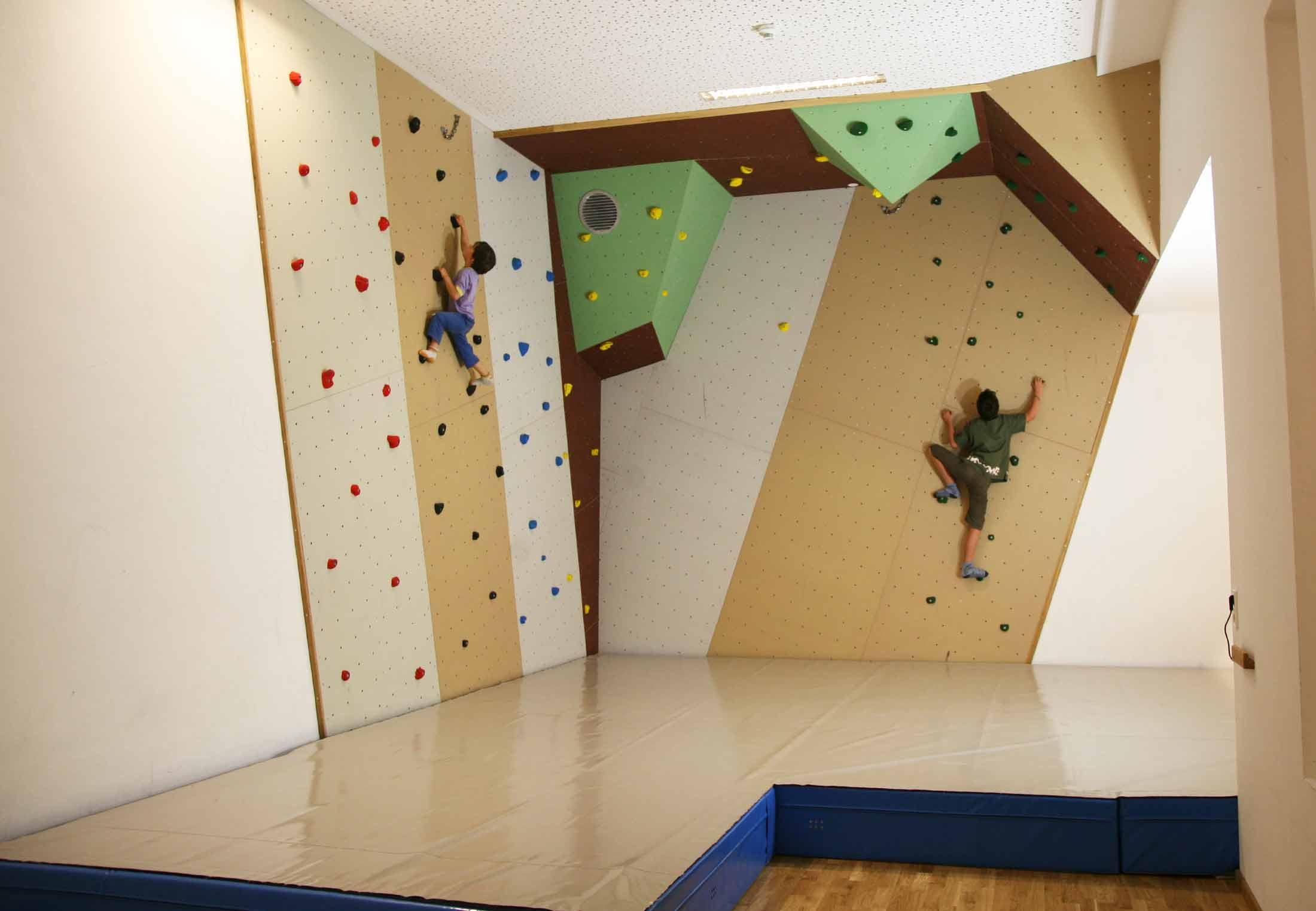 Indoor Boulderbereich mit Spezial Boulder Matten