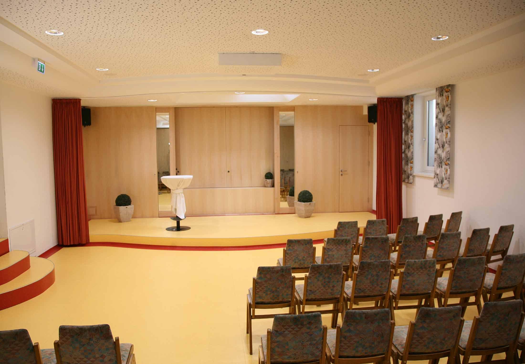Kino- und Theaterraum mit Beamer, Leinwand und Xbox. Bestuhlung vorhanden